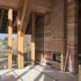 biobased houtskelet schuurwoning, houtskelet schuurwoning, schuurwoning, boomstammen, dakpannen, passief bouwen, houtskeletbouw, strobouw, Giesen Architectuur, Doetinchem, Achterhoek, robuust, zelfvoorzienend bouwen, houtskelet, zelfbouw, meebouw, hergebruik, architect, architectuur, groen, ecologisch, natuurlijk, organisch, bio-ecologisch bouwen, modern, wonen, woning, duurzaam, hout gebint, houten gebinten, ruw, robuust, schuurwoning, landelijke woning, licht, stampleem, leemkachel, warm, boeren, boers, erf, gesmoord, eiken gevel, kalkhennep, kalkhennepbouw, gelaagd, aangestampt, gesmoorde dakpan, rondhouten sporen, larikshout, eikenhout, hout, kozijn, licht